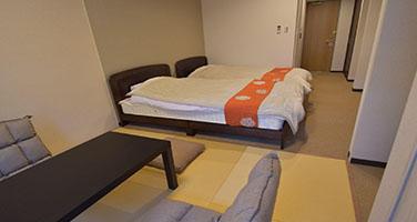 【和洋室】セミダブルベッド2台と和室スペース・バストイレ付の画像
